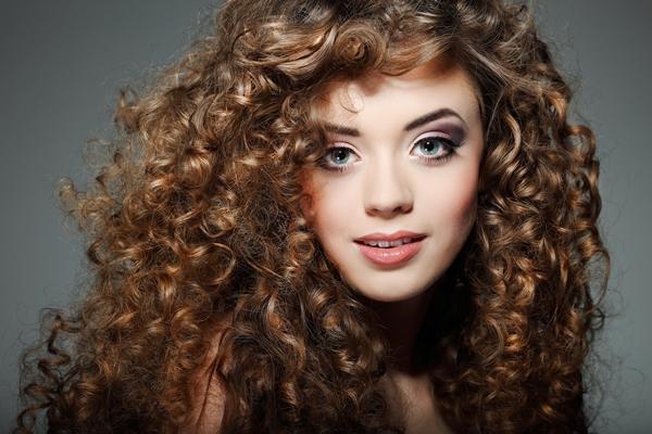 O banho de óleo ajuda o cabelo a crescer mais forte. (Foto: Divulgação)