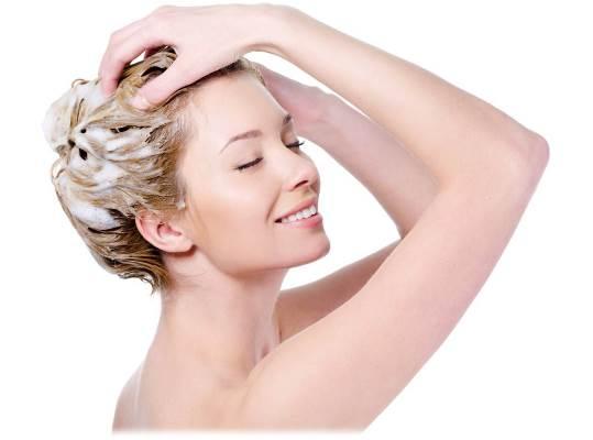 Lave o cabelo com shampoo anti-resíduos. (Foto: Divulgação)